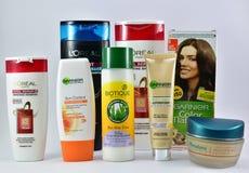 Kosmetische Produkte für Haut und Haarpflege von den globalen Marken Garnier, L'Oreal, Biotique Stockbilder
