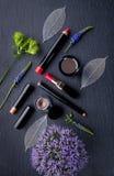 Kosmetische Produkte für Make-up mit Blumen lizenzfreie stockfotografie