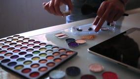 Kosmetische Produkte mit den Paillettesternen, die auf einem Hintergrund vereinbart werden, Maskenbildner vereinbart Kosmetik stock video