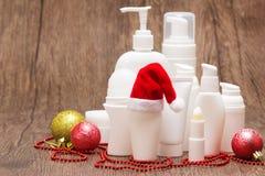 Kosmetische Produkte mit Sankt-Hut und Weihnachtsdekorationen Stockbild