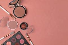 Kosmetische Produkte, Schönheit, Blogger, Social Media, Zeitschriften legen flach stockbilder