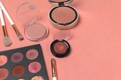Kosmetische Produkte, Schönheit, Blogger, Social Media, Zeitschriften legen flach stockfotos