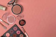 Kosmetische Produkte, Schönheit, Blogger, Social Media, Zeitschriften legen flach lizenzfreie stockfotografie
