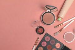 Kosmetische Produkte, Schönheit, Blogger, Social Media, Zeitschriften legen flach lizenzfreie stockbilder