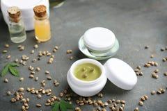 Kosmetische Produkte und Samen des Hanfs stockfotos