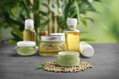 Kosmetische Produkte und Samen des Hanfs lizenzfreies stockfoto