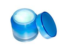 Kosmetische room in blauwe die kruik op witte achtergrond wordt geïsoleerd Royalty-vrije Stock Foto