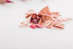 Kosmetische rosa Bleistiftschnitzel auf weißem Hintergrund Lizenzfreie Stockbilder