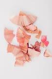Kosmetische rosa Bleistiftschnitzel auf weißem Hintergrund Stockfoto