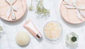 Kosmetische roze flessencontainers met lint en giftdozen Royalty-vrije Stock Fotografie