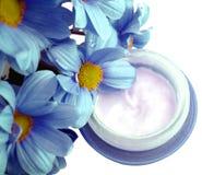 Kosmetische Sahne mit Blumen Stockfoto