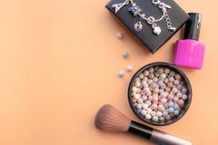 Kosmetische Toebehoren De borstel, nagellak, bloost op een gele achtergrond Met lege ruimte op de linkerzijde stock foto