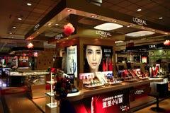 Kosmetische Zähler im Kaufhaus Stockbild