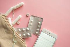 Kosmetische zak of handtas met tampons, contraceptiva en pijnpillen Reeks in het geval van menstruatie royalty-vrije stock afbeelding