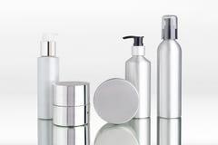 Kosmetische Zufuhraluminiumflaschen und -patronen Lizenzfreies Stockbild