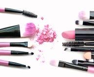 Kosmetischer Pulverbürsten-Kreiskasten und zerquetscht erröten die Palette, die oben auf Weißabschluß lokalisiert wird lizenzfreie stockfotos