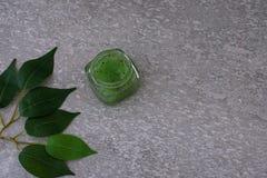 Kosmetischer Verpackensatz auf grauem Hintergrund Gruppe Hautcremeserumöl kosmetisches Badekurortprodukt der Gesichtsschönheit fr stockfoto