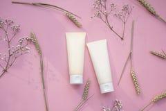 Kosmetisches Produkt des Rohrs 2 des Makes-up rosa flache Lage der Schönheitsmode lizenzfreies stockfoto