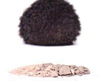 Kosmetisches Pulver mit Make-upbürste auf weißem Hintergrund Lizenzfreie Stockfotografie