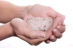 Kosmetisches Salz in den Händen lizenzfreie stockfotografie
