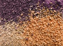 Kosmetisk bakgrund från spridd mång--färgad ögonskugga och att rodna för framsidan fotografering för bildbyråer