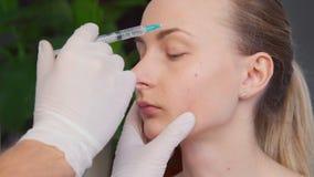 Kosmetisk behandling med botoxinjektionen i en klinik stock video