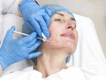 Kosmetisk behandling med injektionen Arkivfoto