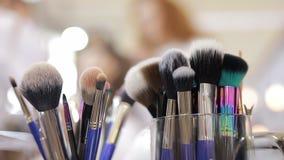 Kosmetisk borstebakgrund i skönhetsalong arkivfilmer