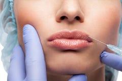 Kosmetisk botoxinjektion till den nätta kvinnaframsidan arkivfoto