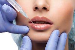 Kosmetisk botoxinjektion till den nätta kvinnaframsidan arkivfoton