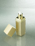 Kosmetisk flaska med den blanka etiketten Royaltyfri Foto