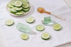 Kosmetisk flaska och ny organisk gurka för skincare Hem- sp arkivbild