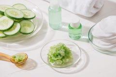 Kosmetisk flaska och ny organisk gurka för skincare Hem- sp arkivbilder