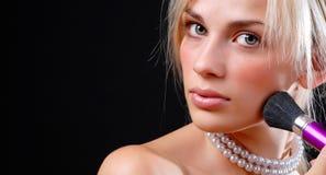 kosmetisk framsidakvinna för borste Royaltyfri Foto