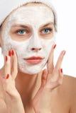 kosmetisk görande maskeringskvinna Arkivfoto