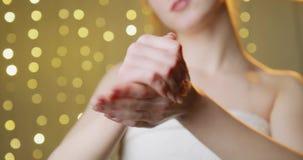 Kosmetisk handkräm stock video