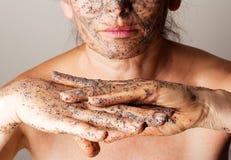 Kosmetisk maskering för mogen kvinnadanande royaltyfria foton