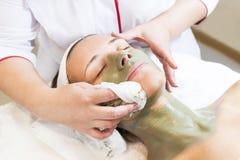 Kosmetisk maskering för process av massagen och ansiktsbehandlingar royaltyfri fotografi