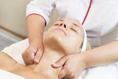 Kosmetisk maskering för process av massagen och ansiktsbehandlingar royaltyfria bilder