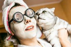Kosmetisk maskering för rolig kvinna och exponeringsglasnärbild royaltyfri bild