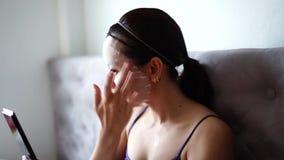 Kosmetisk maskering på framsidabehandlingkvinnor lager videofilmer