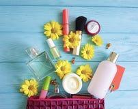 Kosmetisk påse med dekorativa kompakta kosmetologskönhetsmedel på trä Royaltyfri Bild