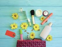 Kosmetisk påse med dekorativa kompakta modekosmetologskönhetsmedel på trä Royaltyfri Bild
