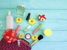 Kosmetisk påse med dekorativa skönhetsmedel för kosmetolog för anleteöverenskommelsemode på trä Arkivbilder