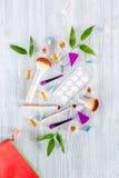 Kosmetisk påse med preventivmedel och preventivpillerar på träcopyspace för bästa sikt för tabellbakgrund Arkivfoton
