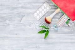 Kosmetisk påse med preventivmedel och preventivpillerar på träcopyspace för bästa sikt för tabellbakgrund Royaltyfria Foton