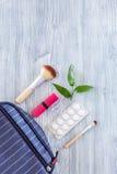Kosmetisk påse med preventivmedel och preventivpillerar på träcopyspace för bästa sikt för tabellbakgrund Royaltyfri Foto