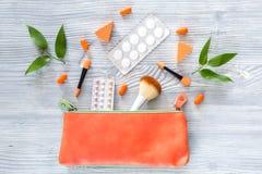 Kosmetisk påse med preventivmedel och preventivpillerar på träcopyspace för bästa sikt för tabellbakgrund Royaltyfri Bild