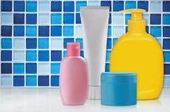 Kosmetisk plast- buteljerar c arkivfoto