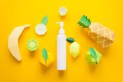Kosmetisk produkt med fruktsyror som är falska upp, baner som annonserar begrepp arkivbilder